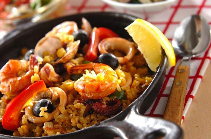日本でもおなじみの「パエリヤ」は見た目も華やかでおもてなしにもピッタリですよね。本場スペインでは平たいパエリヤ鍋で作るのが一般的ですが、フライパンやホットプレートでも気軽に作ることも。魚介の旨味たっぷりで炊き上げたパエリヤは絶品です!