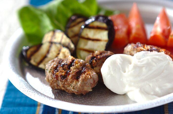 「キョフテ」はスパイスたっぷりのトルコのハンバーグ。本場ではラム肉を使用しますが、牛肉で作ってもOK!酸味のあるヨーグルトをかけて、さっぱりといただけます。