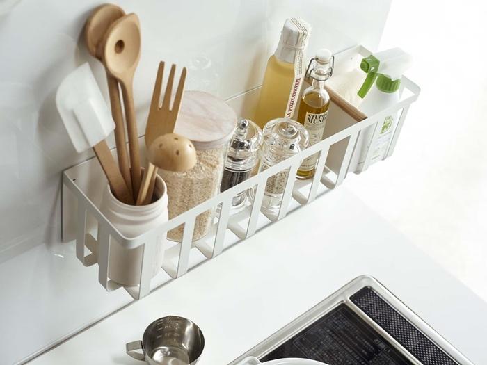 マグネットなら収納バスケットも冷蔵庫に取り付けられます。深めのケースや入れ物にキッチンツールを入れて、ケースごとバスケットにin!  よく使う調味料も一緒にセッティングできるので、調理が捗ります♪