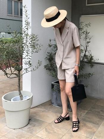 リネン素材のセットアップはボーイッシュになりすぎないよう、リボン付きの麦わら帽子で調整してみて。足元は、ヒールのあるものを選んであげると、足元がすっきりします。小物やシューズはブラックで統一することで、ぼんやりとしてしまいがちな淡いカラーのワントーンコーデに締まりが生まれます。