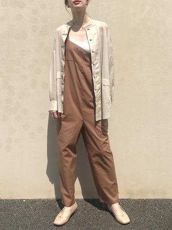 着心地や動きやすさも抜群のオールインワンは、女性らしい淡いトーンでまとめることで柔らかい印象に。フラットシューズやサテンのシャツを合わせることで上品な仕上がりに。