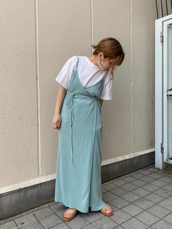 1着でキマるレイヤーデザインのキャミワンピースは、くすみブルーを選ぶことで周りに一歩差をつけて。クタッとしたワンピースの素材に合わせてインナーも柔らかい素材を合わせるのがポイント。足元も華奢なサンダルで女性っぽくまとめて。