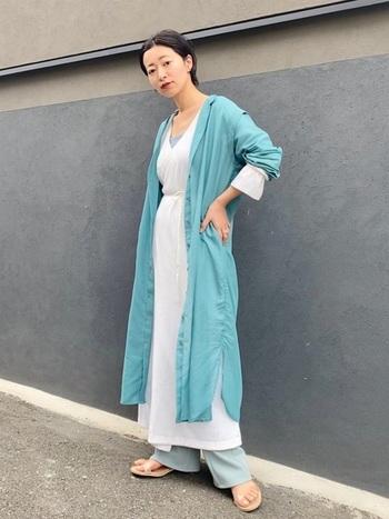 ガウンはワンピースとしても着られちゃう万能アイテム。白ワンピにデニムの王道スタイルにさらっと羽織るだけで、爽やかさとおしゃれ感どちらも手に入ってしまいます。暑苦しくなってしまいがちな羽織アイテムはブルーカラーをチョイスすることで涼しげに着こなせます。