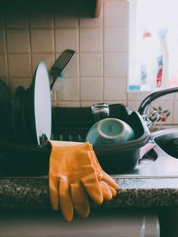 手の乾燥の原因は何といっても「水」に触れたとき。何回も手を洗ったりするとそれだけで手の潤いが蒸発してしまい、乾燥を招きます。特に食器洗いの際には、必ずハンドクリームを塗りビニール手袋をしてからにしましょう。これで今まで主婦湿疹・手荒れの一番の原因だったであろう時間がハンドパックタイムに早変わりします。特に手荒れや乾燥がひどい時は食器洗いだけでなく、濡れたものを触るタイミングで使うと皮膚を保護できます。例えば濡れた衣類を触る洗濯物干しや濡らした布巾を絞ってテーブルを拭く時、雑巾で拭き掃除をする時などにも。徹底的にビニール手袋で水からガードしちゃいましょう。