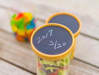 一番の特徴は、蓋の上部が黒板のようになっていて、付属のペンで書き込めること。賞味期限を書いておけば、忘れずに済みますね。