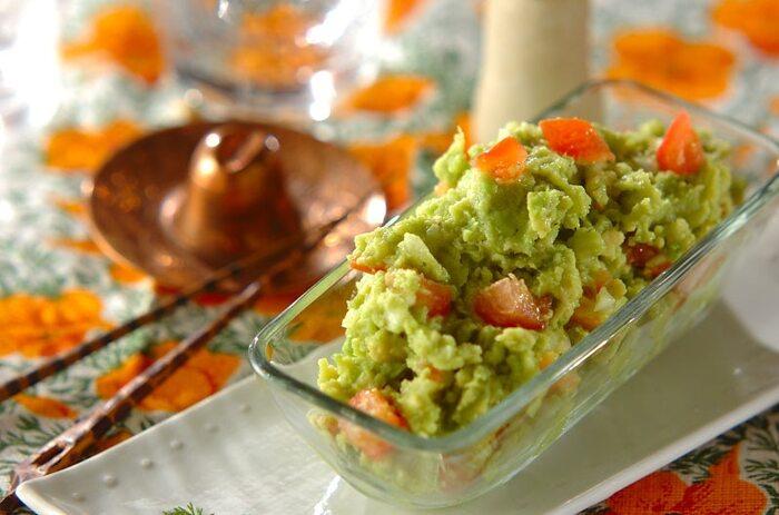 メキシコ料理のサルサのひとつである「ワカモレ」。アボカドにトマト、塩、レモンを合わせれば出来上がり!トルティーヤやタコスチップにディップして食べると素敵なおつまみになりますよ!