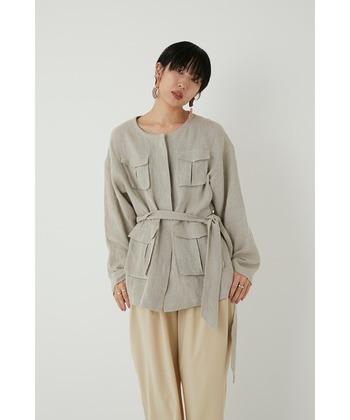 サファリデザインのジャケットは、存在感があるので、コーデの主役になるアイテムです。シンプルな着こなしでも、オシャレさを出せるので、コーデに悩まずセンスアップできますね。