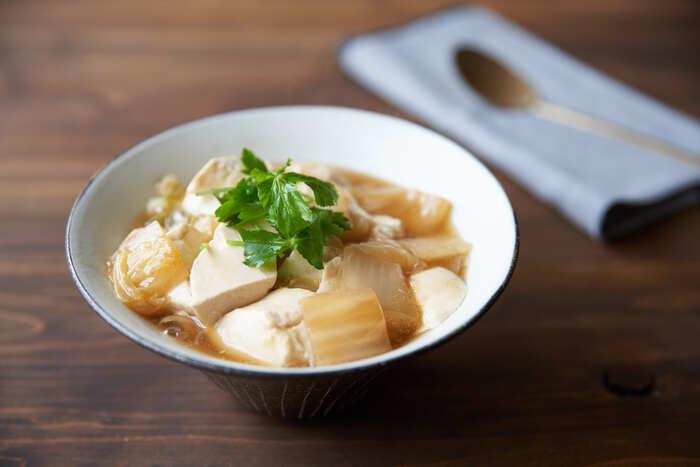 たっぷりの豆腐でたんぱく質がしっかり摂れるヘルシースタミナ丼です。くたくたに煮込んだ白菜との相性もバッチリ。体調がよくない時にも食べやすい、やさしいレシピです。