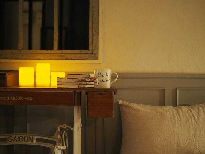 青白い光はしゃきっと目を覚ましてくれるもの。オフタイムにぴったりの照明は、温かみのある「暖色系」の光です。ゆっくりと過ごしたい眠る前の時間には、照明を少し落とし電球色のようなオレンジがかった光にすると良いでしょう。