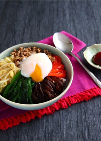 牛挽き肉やたっぷりの野菜で栄養もボリュームも満点なビビンバ丼のレシピ。おろしにんにくとゴマ油で食欲そそる香りになります。生きくらげたっぷりで食感も楽しめますよ。