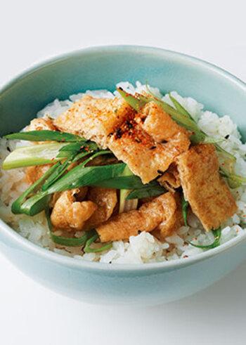 味の染み込んだお揚げがおいしいお手軽丼レシピ。油揚げをめんつゆで煮含めるだけなので簡単ですよ。ネギと七味のアクセントで満足な味わいに。