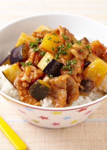 豚肉と野菜をトマト缶で煮込み、バターライスの上に乗せて頂く洋風丼のレシピです。たっぷりの野菜で栄養が摂れるのも嬉しいですね。お酢入りでさっぱり風味の具材と、コクのあるバターライスがマッチします。