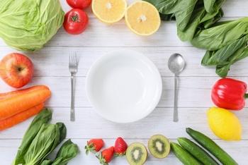 日焼け対策のために、普段の食事でもできることがあります。  注目したいのは、メラニン生成を抑える効果が期待できる、体内の酸化を抑える抗酸化作用を備える食材。主にビタミンA、ビタミンC、ビタミンEを含む野菜や果物。そして、発酵食品などを意識的に食べるのがオススメです。メラニンがたくさん生成されると、先述のとおり、シミの原因になりますので、積極的に毎日食べたいですね。  ちなみにビタミンA、ビタミンC、ビタミンEは纏めてビタミンACE(エース)と呼ばれています。