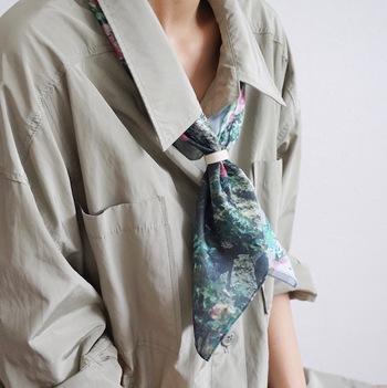 お気に入りのハンカチやスカーフにハンカチリングを通すだけで胸元が華やかになりますね◎柄物以外にもシースルーなアイテムをハンカチリングに通すのも今年らしくておすすめですよ♪