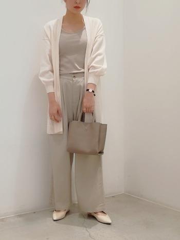 爽やかな白いロングカーデは、もちろんUVカット。少しボリュームのある袖のデザインも素敵です。ベージュとホワイトの2カラーでシックに、かつ大人っぽく上品に。