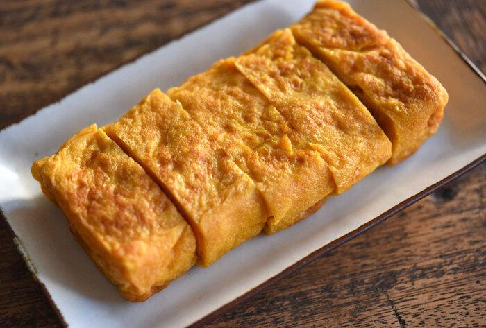 まずはシンプルな卵焼きから。味付けは、醤油が多いものと塩が多いものの2種類あります。濃い味が好きな方も、見た目を美しく仕上げたい方も、満足できる卵焼きが完成しますよ。卵液を少しずつ流し入れて巻くを繰り返すと、綺麗な長方形に仕上がります。