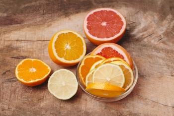 ビタミンCの代名詞ともいえるレモン、オレンジ、グレープフルーツといった柑橘フルーツをはじめ、キウイ、きゅうり、セロリ、みつば、パセリ、シソなど・・・。  実はこれらは、紫外線を吸収する性質を持つ「ソラレン」という成分を含んだ食材。この性質は、光毒性(ひかりどくせい)とも言われます。ソラレンを摂取することで肌が紫外線を吸収しやすくなる作用があることが明らかとなっており、とくに摂取後2時間後あたりは、要注意なのだそう。  少し食べる分には効果は弱くなりますが、不安を感じるなら、ソラレンを含む食材は、朝ではなく夕食にいただくとよいでしょう。
