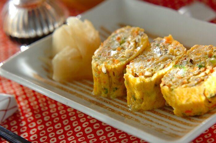 シイタケ、ニンジン、チリメンジャコなど、具材がたっぷり入ったボリューム満点の卵焼き。シイタケやニンジンはみじん切りにし、卵と合わせて焼き上げます。色々な味のハーモニーを楽しみたい方におすすめ!