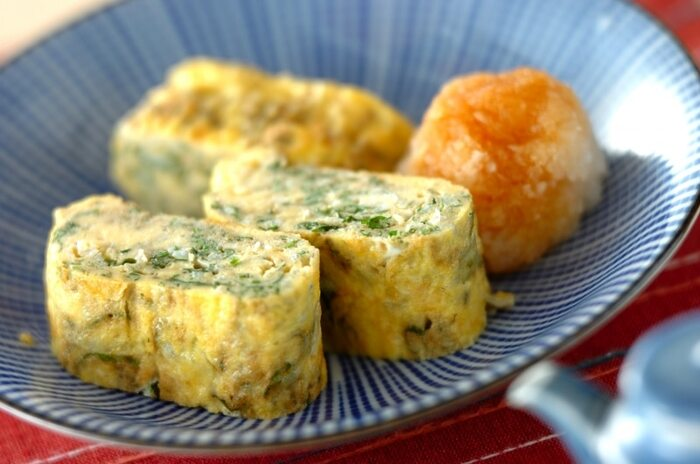 大葉の爽やかな香りでさっぱり頂ける卵焼き。チリメンジャコの旨みもプラスされます。大根おろしをのせて味変するのも◎