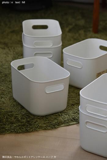 やわらか素材で水洗いもできるポリエチレンケースは清潔に使えます。角に尖りがなく丸みを帯びているので、お子さんも安心。別売りのフタを使えば重ね置きもできます。