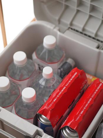 飲料水やカセットコンロのボンベなどの、災害時に役立つグッズをまとめて収納。ボックス本体が屈強なので、地震で押し潰される心配も無しですね。