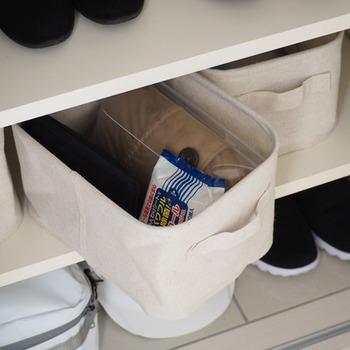 ボックスの中には、レインコートや折りたたみ傘、ウェットシートなどのお出かけグッズが入っています。玄関に収納しておくと、お出かけ前の忙しいときも必要なものをサッと取り出せて便利ですね。