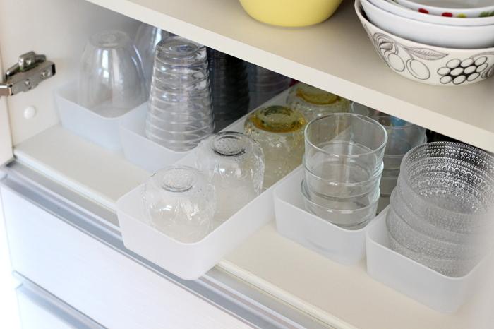 食器棚に収納した、細々としたガラスの器。奥の方に入れたものが取り出しにくい…なんてことよくありますよね。種類別に無印のポリプロピレン整理ボックスに入れると便利。ボックスごと引き出せば、奥のものも取りやすいですね。