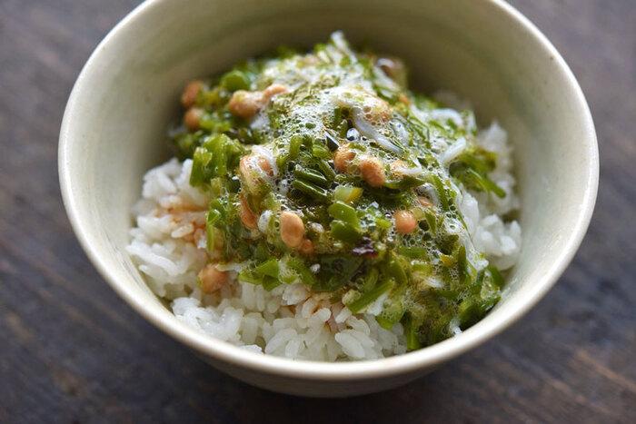 納豆とめかぶのネバネバコンビがおいしい丼レシピ。小分けパックのめかぶを使えばパパっと簡単に作れちゃいます。ネバネバ仲間のオクラを加えても◎お好みの薬味でおいしくてヘルシーな丼に仕上げてくださいね。