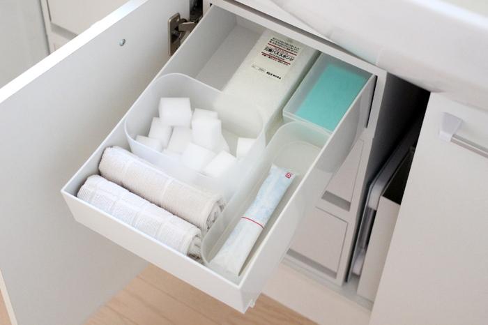 洗面台下の収納に。スポンジやアメニティーなどの細々としたものも引き出しの中で散らからず、キチンと整頓できます。