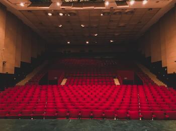 映画館を貸し切る、というと高額なイメージがあるかもしれませんが、小さいシアターなら1万円前後ほどで貸し切ることができます。 DVDを用意すれば好きな映画を上映できるので、デートで二人の思い出の映画を上映すればとびきりロマンチックですね。