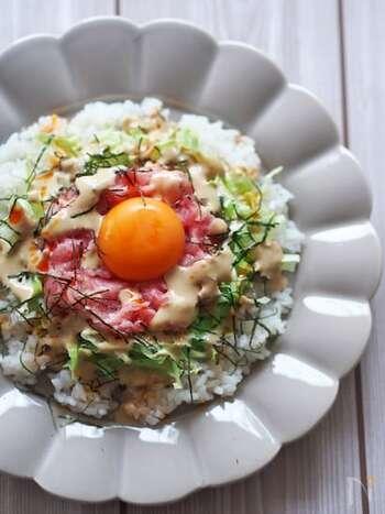 マグロのおいしさが引き立つジンジャーごまダレがおいしい丼のレシピ。お家にある調味料とおろししょうがで簡単にタレを作れますよ。シャキシャキレタスとの食感も楽しめます。