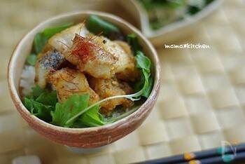 唐揚げにしたタラと大根おろしを乗せた丼レシピ。ベビーリーフで野菜もちゃんと摂れますよ。カリっと揚げたタラを甘辛い大根おろしでさっぱりと頂けるレシピです。