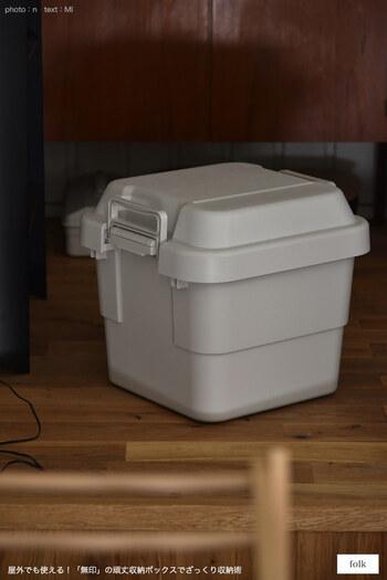 アウトドアでも使えて丈夫でタフな無印の「ポリプロピレン頑丈収納ボックス」。頑丈ボックスと名付けられているだけあって、フタをしたまま腰をかけることができる丈夫なボックスです。運びやすい持ち手付きで、スタッキングも可能な優れもの。