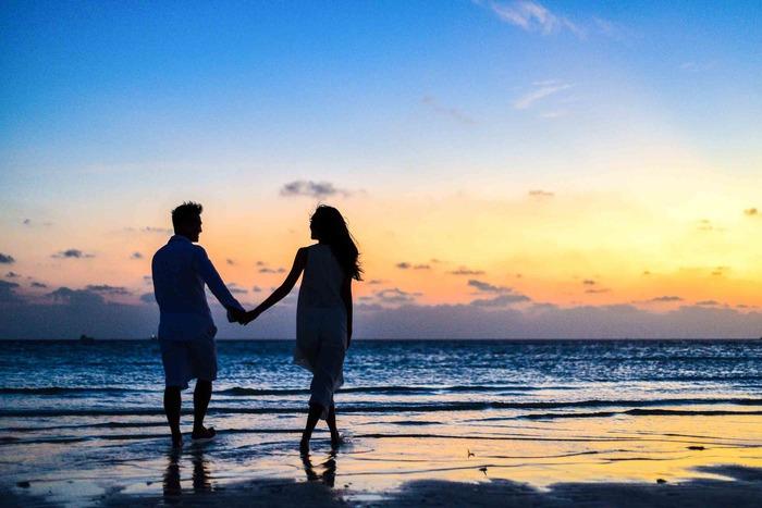 非日常を味わえる旅行中は、気持ちも開放的になりやすいもの。彼の誕生日に旅行をプレゼントして、旅先で逆プロポーズをするのも、成功しやすいシチュエーションの一つです。旅行先としては、二人きりの時間をゆっくり過ごせるビーチリゾートや温泉地、夕日や夜景がきれいでロマンチックなスポットなどがよいでしょう。