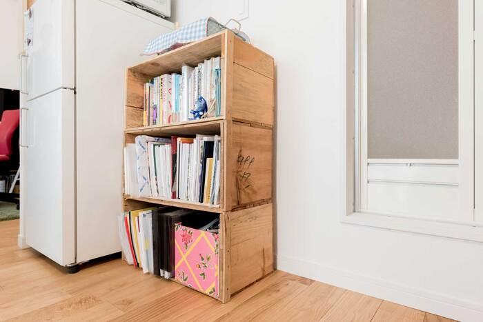 りんご箱の本棚は高さもあり、大きな本もたっぷり収納できます。重い本にも耐えられるりんご箱ならではの使い方です。木箱はマジックで走り書きがされていることもありますが、あえて残しておくのも味がありますね。
