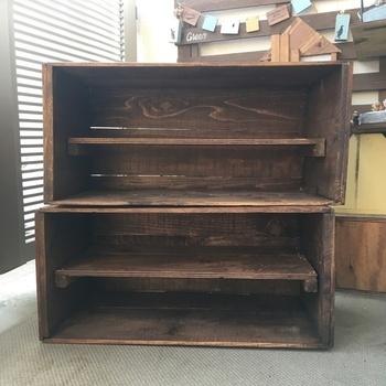 りんご箱の中にはカビがあったり、室内で使うには腐食が激しかったりすることもあります。そんな時は、棚板を取り付けて靴箱として使うアイデアも。