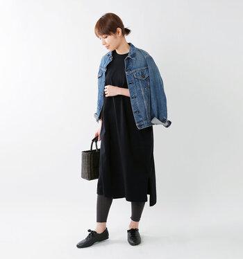 黒のTシャツワンピースに、デニムジャケットを合わせたクールな秋コーデです。ジャケット以外を黒でまとめているので、統一感のあるスッキリとしたスタイリングになっています。デニムジャケットは袖を通さず肩から羽織って、大人っぽさをアピールしているのがポイント。