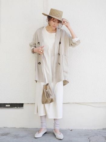 白のTシャツワンピースに、ベージュ系のレギンスとジャケットを合わせた同系色コーデ。バッグや帽子などの小物もトーンを合わせたアイテムをチョイスして、カジュアルになりやすいTシャツワンピをナチュラル×フェミニンなコーディネートに仕上げています。