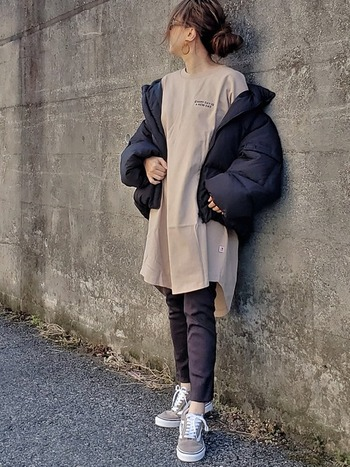 春から秋にかけてのイメージが強いTシャツワンピですが、厚手のアウターを羽織れば冬まで大活躍してくれるアイテムでもあります。ダウンなどを着ると室内に入った時に暑いと感じる方は、あえて薄手や半そでのTシャツワンピをチョイスするのもおすすめです。ベージュのワンピースに黒のしっかりアウターで、寒い時期にもOKのカジュアルコーデに。