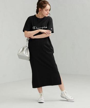 ロング丈のTシャツワンピースに、スリットをあしらったレギンスとの相性抜群のアイテムです。シンプルなデザインにロゴが映えるワンピースは、程よくスポーティーな雰囲気のおしゃれが楽しめますよ。