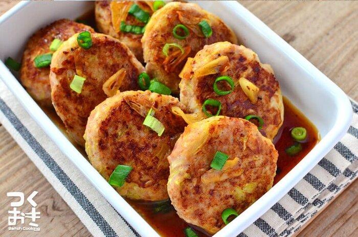 豚ひき肉×キャベツで作るハンバーグのレシピ。冷蔵保存で5日程度日持ちするため、作り置きおかずとしてもおすすめです。 ニンニクとバターで仕上げていますが、おろしぽん酢やケチャップで味付けすれば、お弁当のおかずとしても◎ キャベツをタネに加える前に、しっかりと水気を切るのが美味しく仕上げるポイントです。