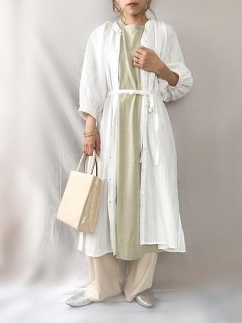 GUの「Aラインワンピース」は、カラー展開も豊富な人気アイテム。薄グリーンのワンピースに白のシャツワンピとベージュのワイドパンツをレイヤードして、フェミニンで女性らしい雰囲気に仕上げる着こなしも素敵ですね。