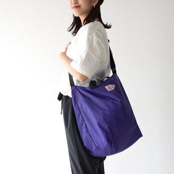 ナイロン素材のショルダーバッグは、程よいサイズ感のトートバッグとしても使える2way仕様。しっかりとした撥水性のある生地で、雨の日でも気にせず使えるのが特徴です。