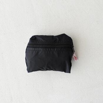 くるっと丸めてジップを閉めれば、こんなにコンパクトなサイズ感に。バッグに常に入れておけば、お買い物のときはもちろん、急に天候が崩れた日にバッグを全部入れて雨から守るという使い方も可能です。