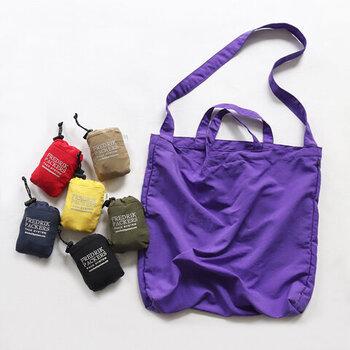 持ち手が2つ付いているので、トートバッグとしても、ショルダーバッグとしても使える2way仕様のエコバッグ。コットンライクなナイロン素材のシンプルデザインなので、エコバッグとしてだけでなく、デイリー用のバッグとして使っても◎。