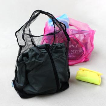 メッシュ素材で作られたエコバッグは、お買い物のときだけでなく、ジムやアウトドアシーンなど活躍の場面が多いアイテム。ネオンカラーがおしゃれな印象を与えてくれるので、シンプルすぎないエコバッグを求めている方にもぴったりです。底面につけられたゴムでくるっと丸めると、手のひらサイズのコンパクトな大きさに。