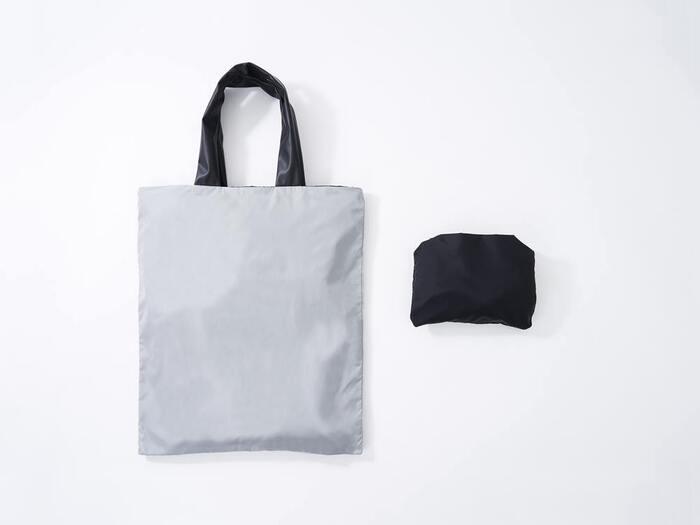 玉子約2個分という驚きの軽さで、デイリー使いにもぴったりなエコバッグ。高密度ナイロン素材を使用しているため、タフに活躍してくれます。持ち手は約5cmと幅広で柔らかく、重さを分散して持ったときの食い込みを軽減してくれる効果も♪