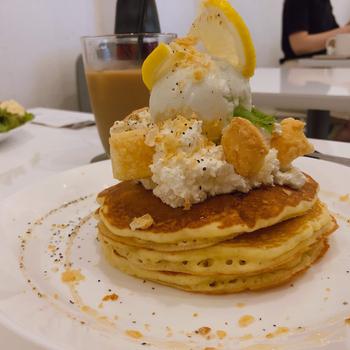 他にも、レモンクリームやはちみつがトッピングされた「レモンクリームパイ」など個性豊かなパンケーキがずらり。パンケーキメニューを注文すると、クラシックパンケーキが何枚でもお代わりできるサービスもあるので、ぜひおなかいっぱい堪能してくださいね。