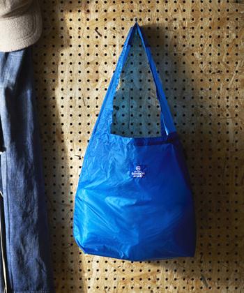 コーデュラナイロン製で、メンズライクなデザインのエコバッグ。ブルー・グレー・イエローの3色展開で、夫婦やカップルでエコバッグを共用したいという方にもおすすめのアイテムです。水や汚れに強い素材感で、アウトドアシーンにも活躍してくれます。