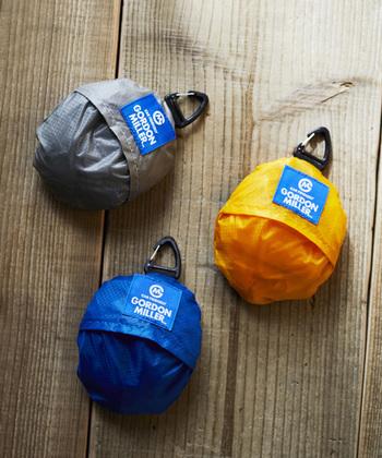 小さく畳んだときには、コロンと丸い形がキュートな印象。カラビナが付いているので、バッグの持ち手などに引っかけておけば使いたい場面ですぐに取り出せるのがポイントです。